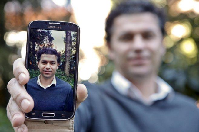 Adan Bastos, de Argos Global, probando FaceOn en su móvil.