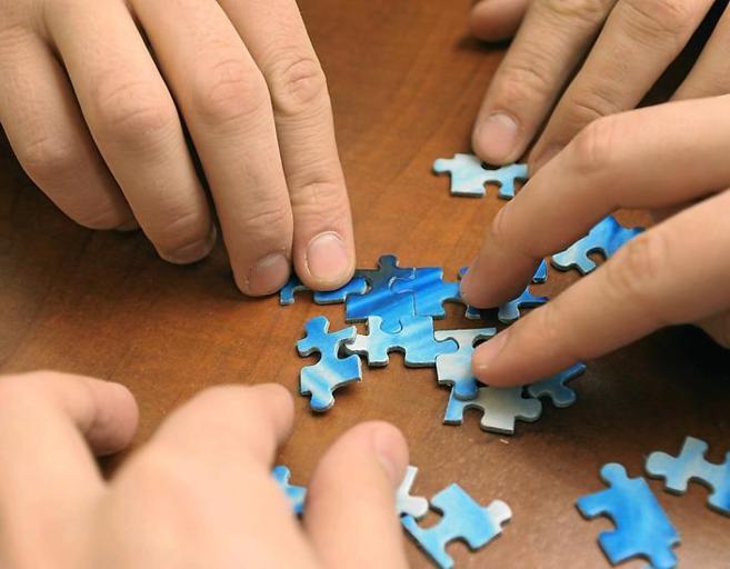 El autismo suele representarse con las piezas de un rompecabezas, en...