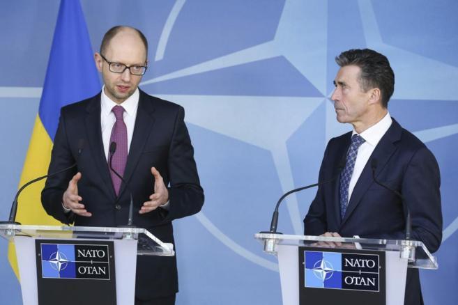 El primer ministro interino de Ucrania, A. Yatsenyuk (i), y el...