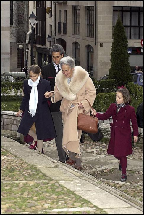 Doña Concepción con su hijo Álvaro y dos de sus nietas, en la misa...