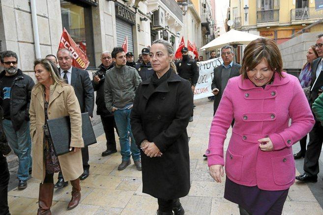 La alcaldesa de Alicante, Sonia Castedo, junto a la titular de...