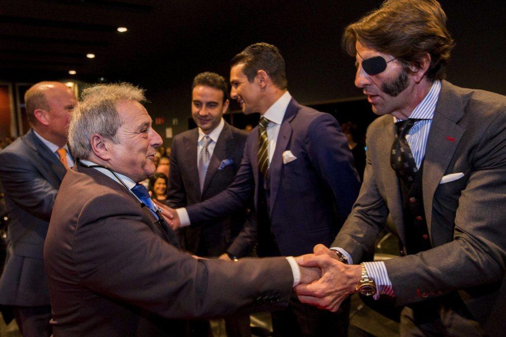 El presidente de la Diputación de Valencia, Alfonso Rus, saluda a...