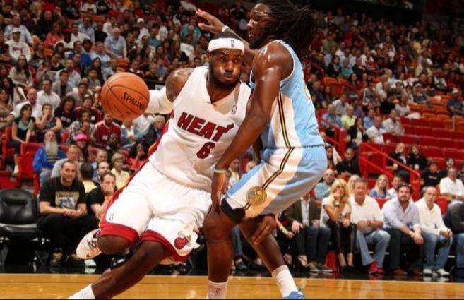 El jugador de Miami Heat, Lebron James, en un partido contra Denver...