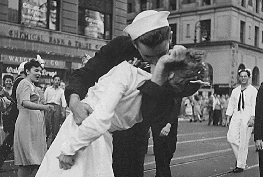El marinero estadounidense Glenn McDuffie Edward besa a una enfermera...