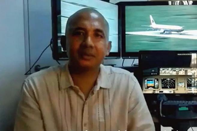El capitán del vuelo sentado en el simulador de su casa.