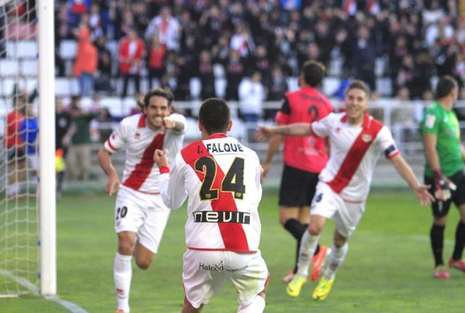Larrivey dedica a Falque el primero de sus goles al Almería.