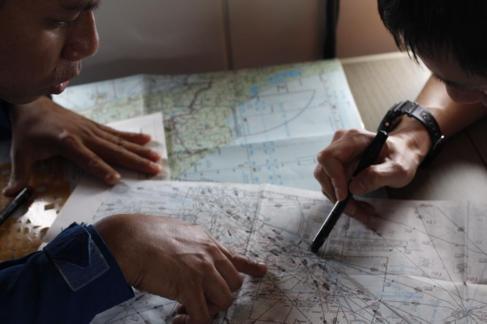 Investigadores japoneses estudian los mapas intentando localizar el...