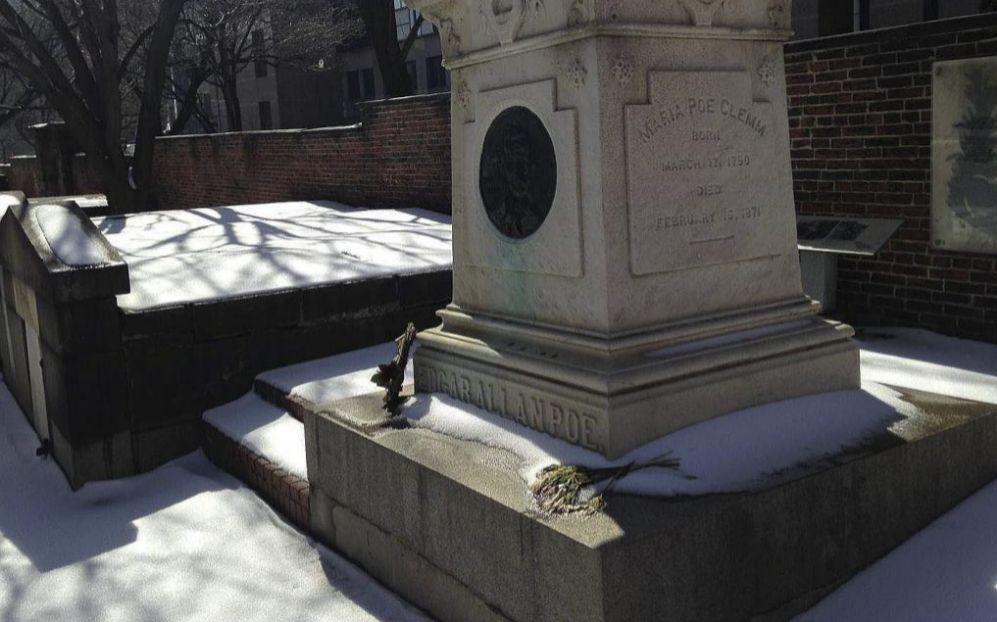 Tumba del escritor Edgar Allan Poe en Baltimore.