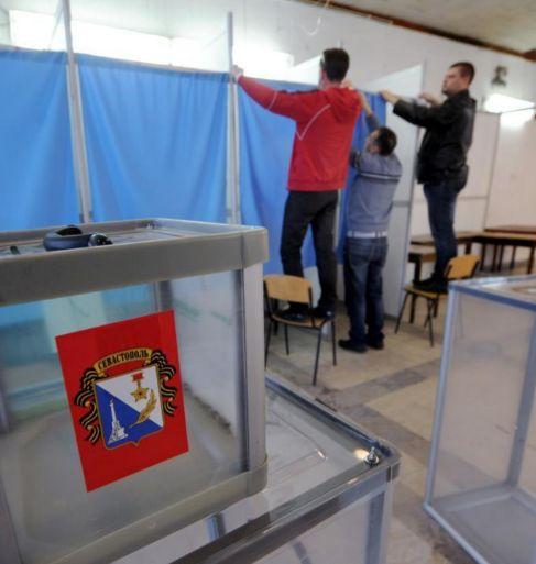 Preparativos de la jornada en un colegio electoral.
