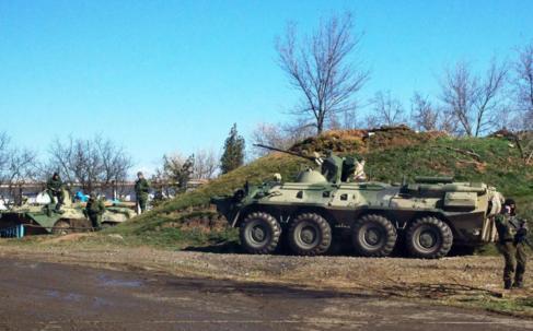Tropas rusas hacen guardia en un punto de acceso a Crimea.