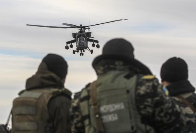 Un helicóptero militar ruso MI-35 patrulla una zona de Jerson ante la...