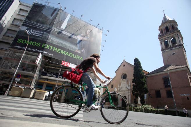 Un ciclista pasa junto a la iglesia de San Pedro, en el centro de...