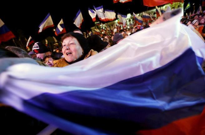 Una mujer ondea la bandera rusa, ayer, en la Plaza Lenin de...
