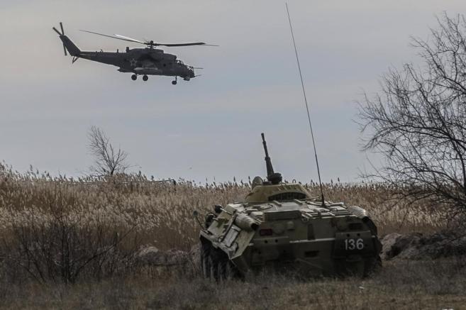 Un helicóptero ruso y un blindado ucraniano patrullan a la vez en...