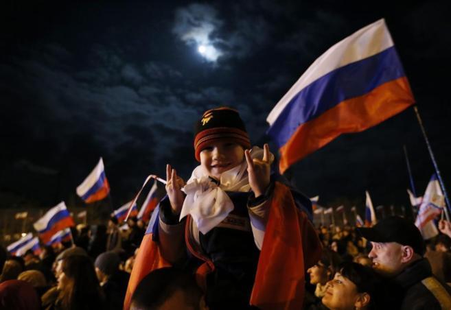 Ciudadanos en la Plaza Lenin de Crimea
