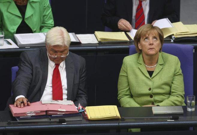 Angela Merkel, junto al ministro de Exteriores Frank-Walter...
