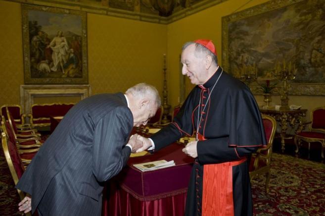 El ministro de Exteriores, José Manuel García-Margallo, saluda al...