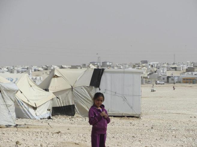 Una niña siria, entre las tiendas de lona del campo de refugiados de...