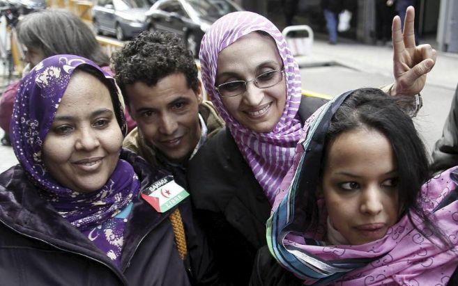 Aminatu Haidar (segunda por la derecha) hace el signo de la victoria...