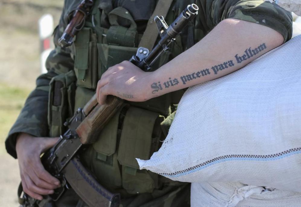 Un soldado ucraniano en un puesto de control cerca de Crimea. En su...