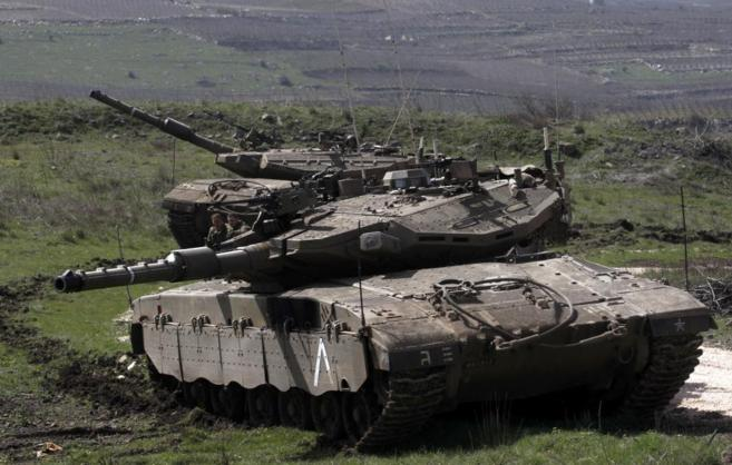 Tanques israelíes toman posiciones junto a la frontera siria.