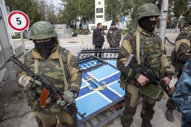 Entrada del cuartel de la Armada ucraniana en Sebastopol, tomado por...