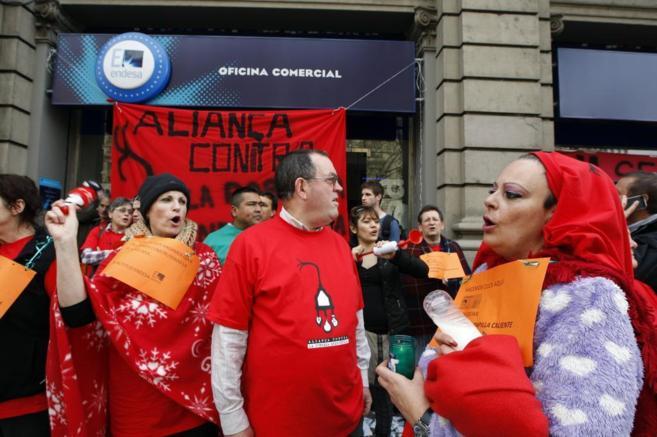 Un centenar de activistas ante la oficina de Endesa en el 608 de la...