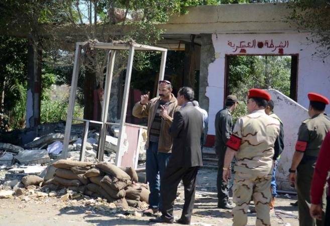 Soldados egipcios inspeccionan el lugar donde la semana pasada fueron...