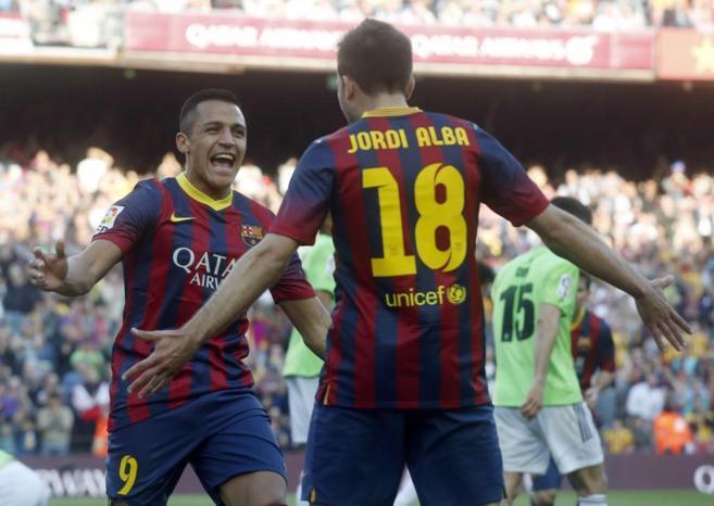 Alexis Sanchez y Jordi Alba celebran un gol del Barça.