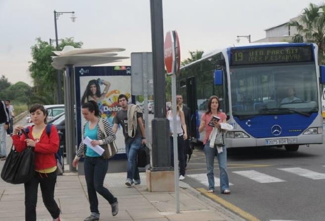 Un autobús de la empresa pública se detiene en la parada de la...