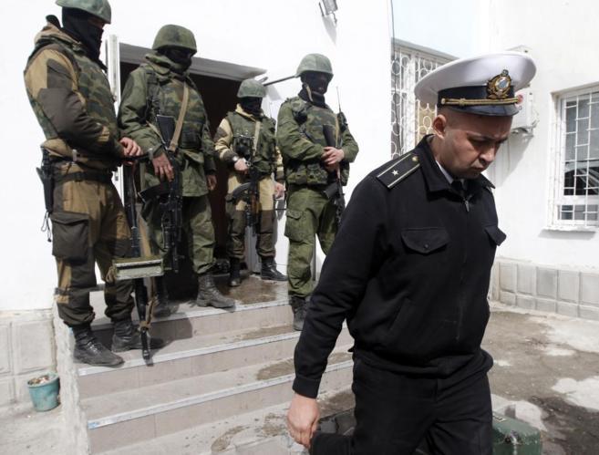 Un oficial de la Armada ucraniana abandona la base naval de...