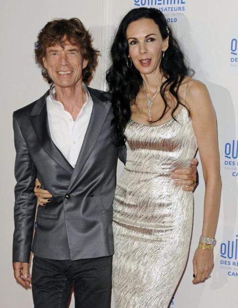 Mick Jagger posando junto a L'Wren Scott.