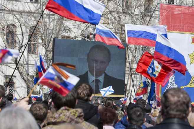 Ciudadanos muestran su apoyo al presidente ruso, Vladimir Putin, en...
