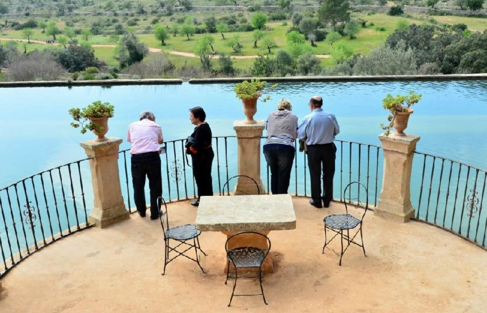 Visitantes en Raixa el día de su reapertura al público.