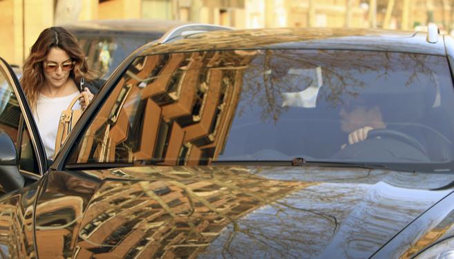 La actriz Blanca Suárez, subiendo al coche de su pareja, el cantante...