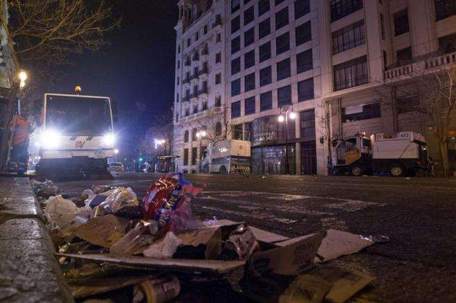 Los servicios de limpieza recogen basura de las calles de Valencia.