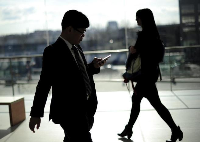 Un usuario de móvil en el último congreso de móviles de Barcelona