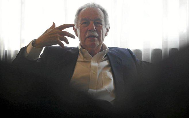 El escritor Eduardo Mendoza, durante la entrevista en Sevilla.