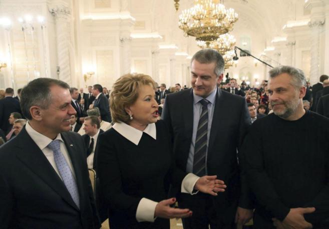 Representantes del Parlamento de Crimea conversan con la presidenta...