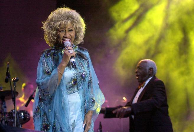 La cantante junto a su marido , durante una actuación en el Festival...