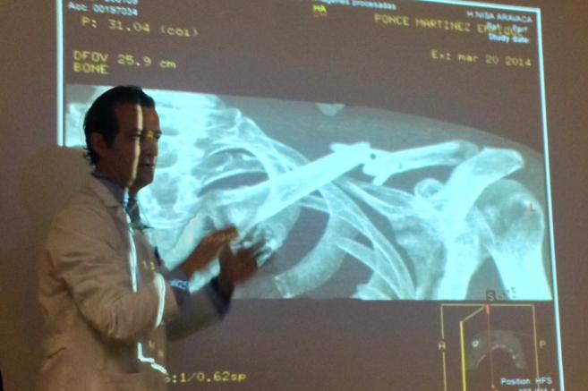 El doctor Ángel Villamor explica la operación del torero.