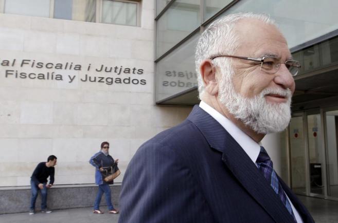 El presidente de las Cortes, Juan Cotino, a su llegada a la Ciudad de...