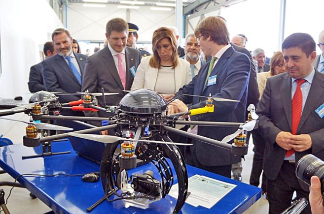 La presidenta de la Junta, Susana Díaz, observa algunos de los...