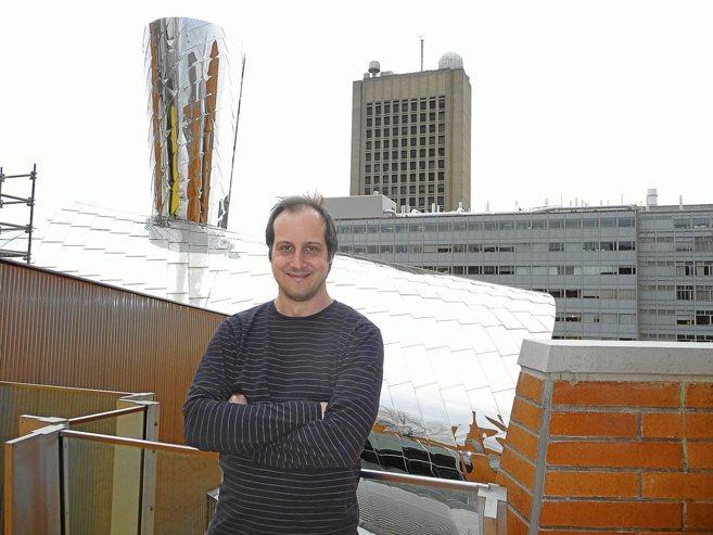 Antonio Torralba en una terraza junto a su despacho en el MIT CSAIL.