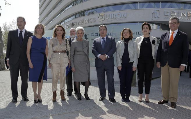 El alcalde, Juan Ignacio Zoido (en el centro), con los responsables...
