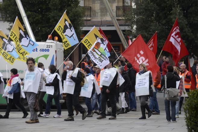 Colectivos sociales y sindicales camino de la manifestación de...