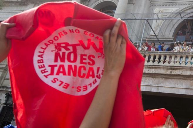 Trabajadores de RTVV protestan durante el disparo de una mascletà en...