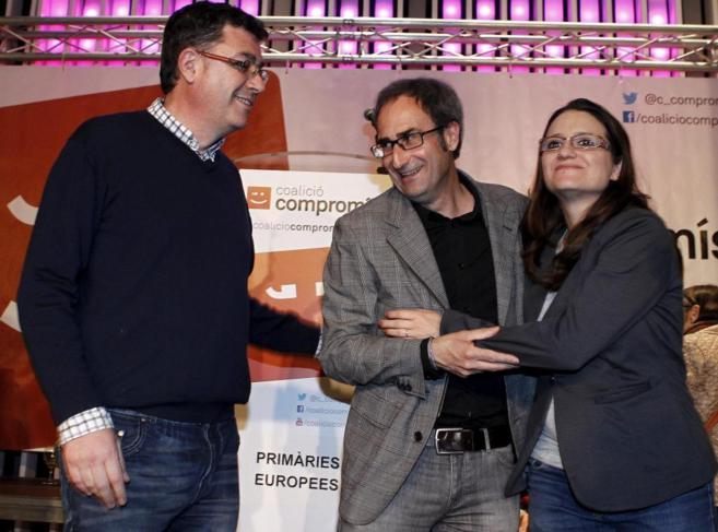 Jordi Sebastià (en el centro) celebra su victoria con Enric Morera y...
