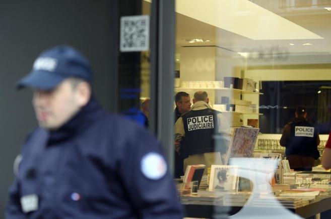 Un policía, a las puertas de la tienda de lujo Colette