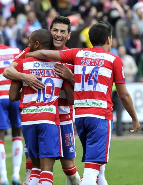 Los jugadores del Granada celebran el gol de Brahimi.